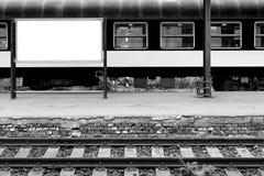 Leeg station met spoor en plaats voor bevordering Stock Afbeeldingen