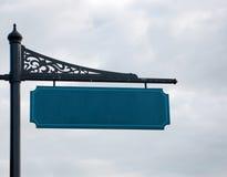 Leeg straatteken op metaal post, bewolkte hemel op de achtergrond Stock Fotografie