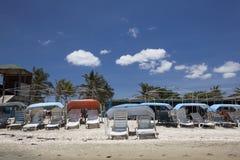 Leeg strand bij middag Royalty-vrije Stock Afbeeldingen