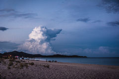 Leeg strand bij schemer Stock Foto