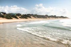 Leeg strand in de stad Tofo Royalty-vrije Stock Foto's