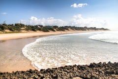 Leeg strand in de stad Tofo Stock Fotografie