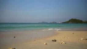 Leeg strand, dichtbij het zichtbare eiland stock videobeelden