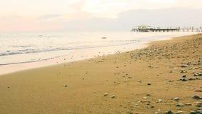 Leeg strand en zachte golven bij vroege avond stock videobeelden