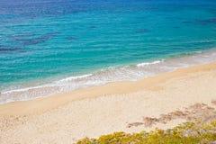 Leeg strand met blauw water Stock Foto