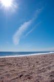 Leeg strand met een duidelijke blauwe hemel Stock Foto's