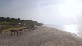 Leeg strand met infrastructuurinfrastructuur buiten het seizoen, dichtbij park stock foto