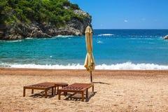 Leeg strand met twee stoelen, Koningin` s Strand, Montenegro Stock Afbeeldingen