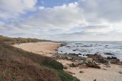 Leeg strand op een de wintermiddag stock afbeelding