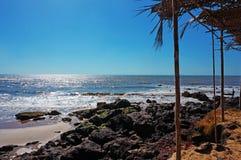 Leeg strand, overzees, zon, hemel en zand stock fotografie