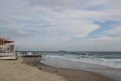 Leeg strand van de Zwarte Zee in bewolkt de herfstweer Landschap met stormachtige overzeese golvenonderbreking over het lege wild Royalty-vrije Stock Afbeelding