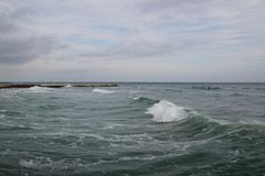Leeg strand van de Zwarte Zee in bewolkt de herfstweer Landschap met stormachtige overzeese golvenonderbreking over het lege wild Royalty-vrije Stock Afbeeldingen