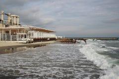 Leeg strand van de Zwarte Zee in bewolkt de herfstweer Landschap met stormachtige overzeese golvenonderbreking over het lege wild Stock Afbeeldingen