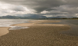 Leeg strand vóór een onweer Stock Foto