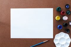 Leeg tekeningsdocument en kleur op houten raad Royalty-vrije Stock Foto's