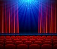 Leeg theaterstadium met rood het openen gordijn, schijnwerper en zetels stock illustratie