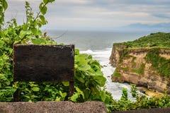 Leeg uithangbord met klip Uluwatu Stock Foto's