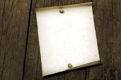 Leeg uitstekend document op oude grungeraad Stock Afbeelding