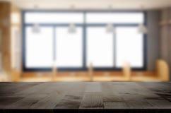 Leeg van houten lijstbovenkant bij het onduidelijke beeld van vensterglas in de ochtend B royalty-vrije stock afbeelding
