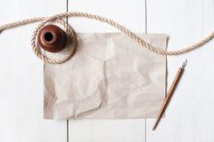Leeg verfrommel blad van document, inkpot, pen en kabel op het wit royalty-vrije stock fotografie