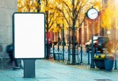 Leeg verticaal openluchtaanplakbordmodel op stadsstraat stock afbeeldingen
