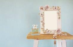 Leeg victorian stijlkader, parfumfles en halsband royalty-vrije stock afbeeldingen