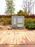 Leeg Vierkant Gevormd Marmeren Aanplakbord in Japans Zen Style Garden royalty-vrije stock foto
