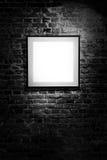 Leeg vierkant kader op zwarte bakstenen muur Leeg ruimteaffiche of kunst te vullen kaderwachten Vierkant Zwart Kadermodel Royalty-vrije Stock Foto's