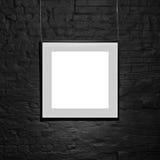 Leeg vierkant kader op zwarte bakstenen muur Leeg ruimteaffiche of kunst te vullen kaderwachten Vierkant Zwart Kadermodel Royalty-vrije Stock Foto