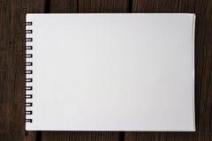 Leeg vijverdocument realistisch spiraalvormig blocnotenotitieboekje op houten bank Stock Foto's