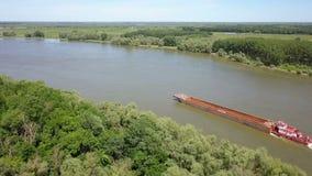 Leeg vrachtschip op rivier Donau stock footage