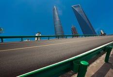 Leeg wegdek met de achtergronden van het oriëntatiepuntgebouwen van Shanghai Stock Foto's