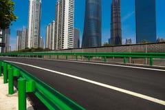 Leeg wegdek met de achtergronden van het oriëntatiepuntgebouwen van Shanghai Royalty-vrije Stock Fotografie