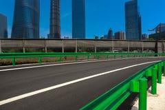Leeg wegdek met de achtergronden van het oriëntatiepuntgebouwen van Shanghai Stock Afbeelding