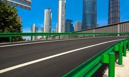 Leeg wegdek met de achtergronden van het oriëntatiepuntgebouwen van Shanghai Royalty-vrije Stock Afbeeldingen