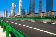 Leeg wegdek met de achtergronden van het oriëntatiepuntgebouwen van Shanghai Stock Afbeeldingen