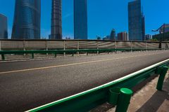 Leeg wegdek met de achtergronden van het oriëntatiepuntgebouwen van Shanghai Royalty-vrije Stock Foto's