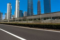 Leeg wegdek met de achtergronden van het oriëntatiepuntgebouwen van Shanghai Royalty-vrije Stock Foto
