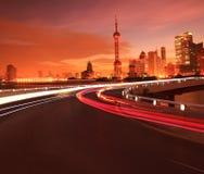 Leeg wegdek met de stadsgebouwen Dawn van Shanghai Lujiazui stock fotografie