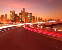 Leeg wegdek met de stadsgebouwen Dawn van Shanghai Lujiazui royalty-vrije stock foto
