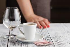 Leeg whiskyglas met uiteinden op de lijst stock fotografie