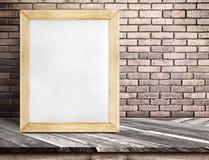 Leeg whiteboard houten kader op diagonale houten lijst bij rode bric Stock Fotografie
