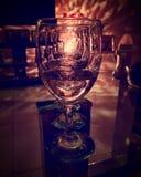 Leeg wijnglas die op lichten wijzen royalty-vrije stock afbeeldingen