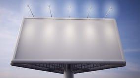 Leeg wit aanplakbord die zich voor blauwe hemel bevinden Stock Afbeeldingen
