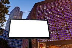 Leeg wit aanplakbord tegen in Berlijn stock fotografie