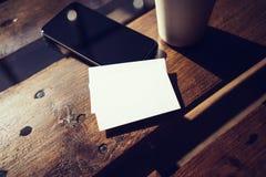 Leeg Wit Adreskaartjemodel Haalt de telefoon Hoge Geweven Houten Lijst de Stadskoffie weg van de Koffiekop Klaar het Werk Modern  Royalty-vrije Stock Afbeelding