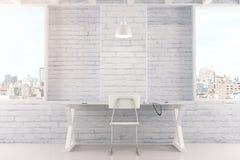 Leeg wit binnenland met lijst, stoel, bakstenen muur en vensters Stock Fotografie
