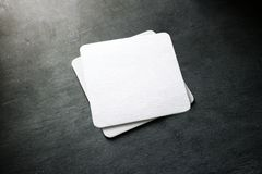 Leeg wit de stapelmodel van de bieronderlegger voor glazen, hoogste mening royalty-vrije stock foto