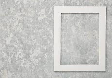 Leeg wit kader op een grijze concrete muur De ruimte van het exemplaar Royalty-vrije Stock Afbeeldingen