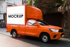 Leeg wit Teken op een vrachtwagen voor de reclame van het gebouw op rug Stock Afbeelding